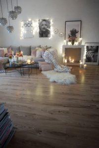 Kamin im Wohnzimmer dekoriert