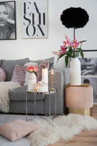 Easyinterieur Räder Wohnzimmer mit Hocker und Vasen